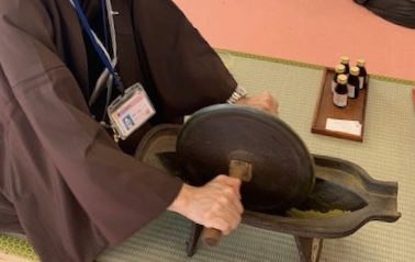 奈良の薬草のデモンストレーション。漢方の香りが漂ってました。