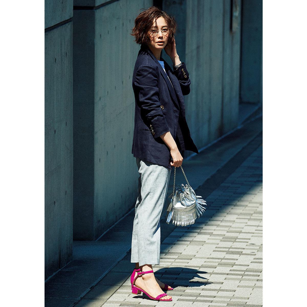 2019年夏の柄サンダル_モデルが履くピンクのアンクルストラップ サンダル