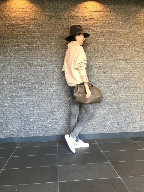 白スニーカー×デニムパンツのファッションコーデ