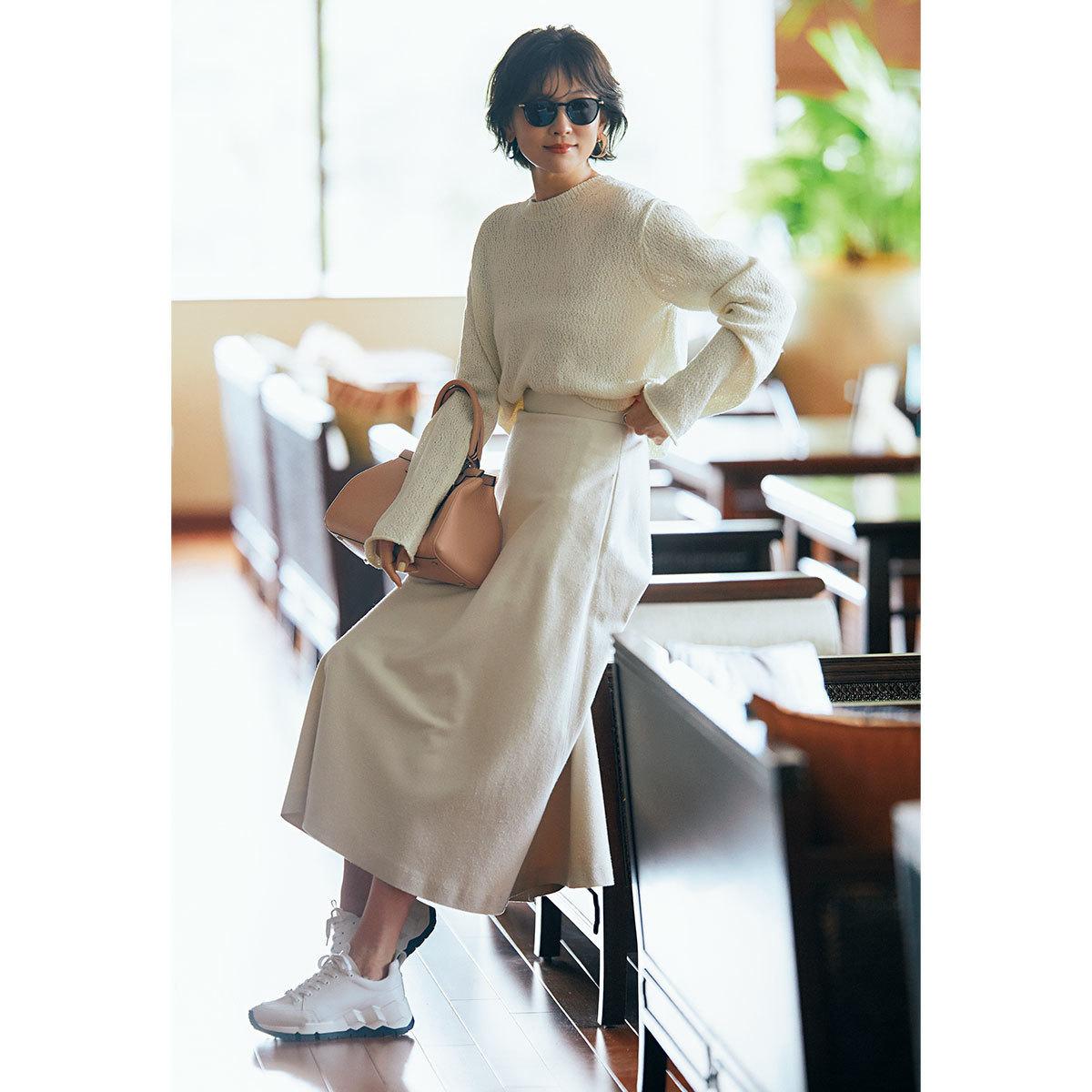 ■サマーニット×オフホワイトのツヤスカートコーデ