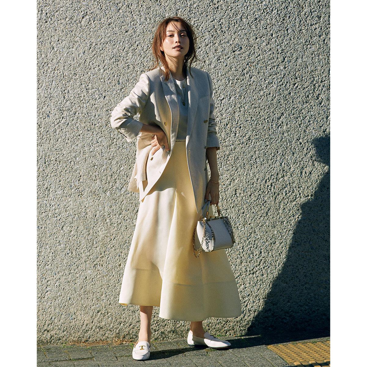 ■イエローのフレアスカート×ベージュのジャケットコーデ