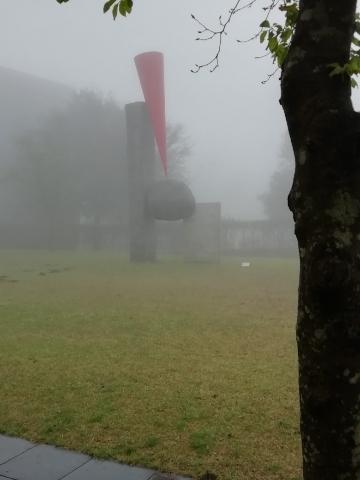 さきほどの<浮くかたち-赤>が霧で霞んでいます
