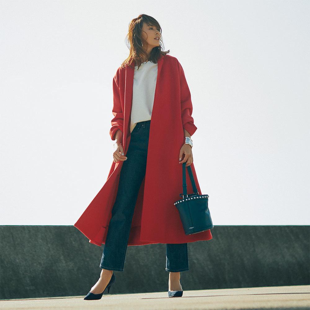 赤いビッグコート×パンツのファッションコーデ