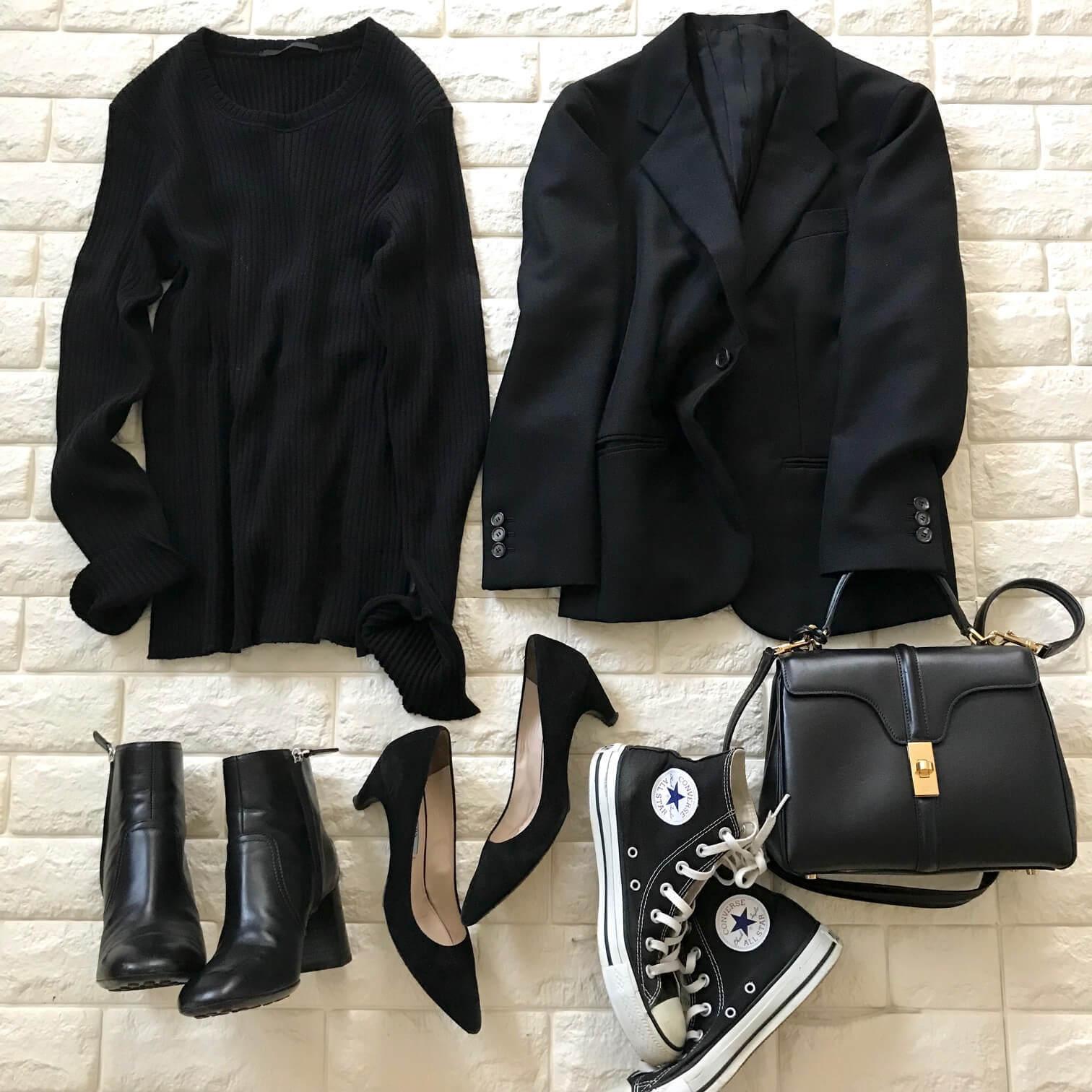 黒の服、小物をまとめた画像