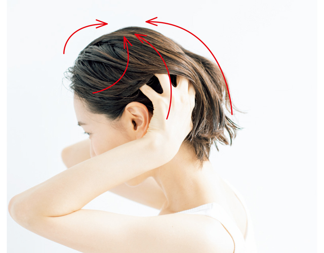 頭を起こした状態で頭頂部へ向かって洗う