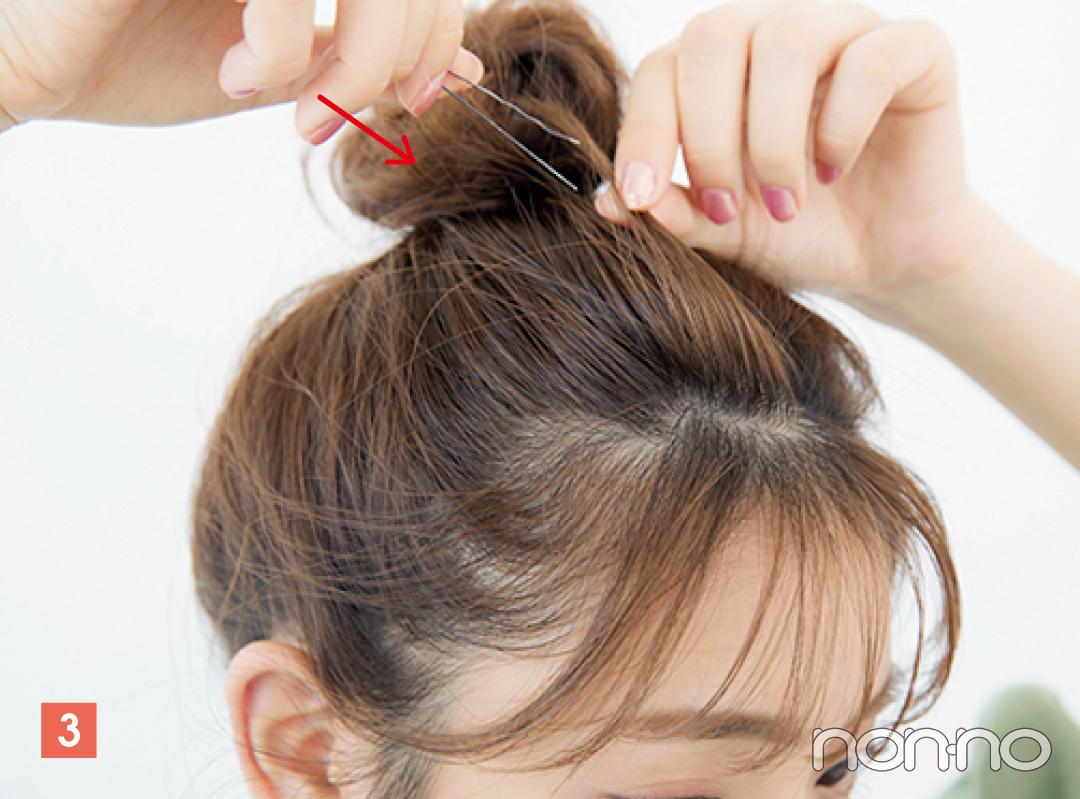 前髪をすくい、少しずつピンで固定。毛流れに逆らうようにピンをさすと崩れにくい。