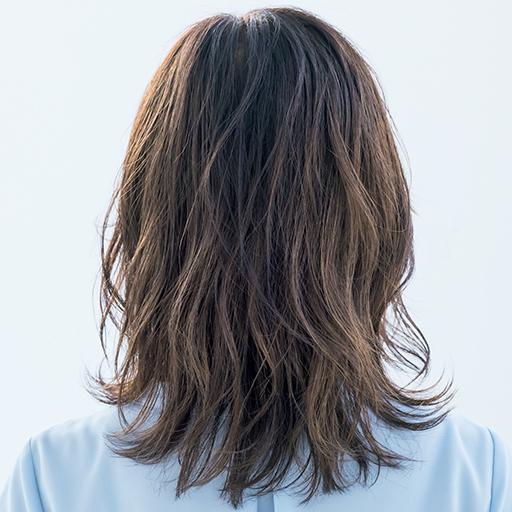 レイヤー×パーマが印象的なミディアムヘアのバック