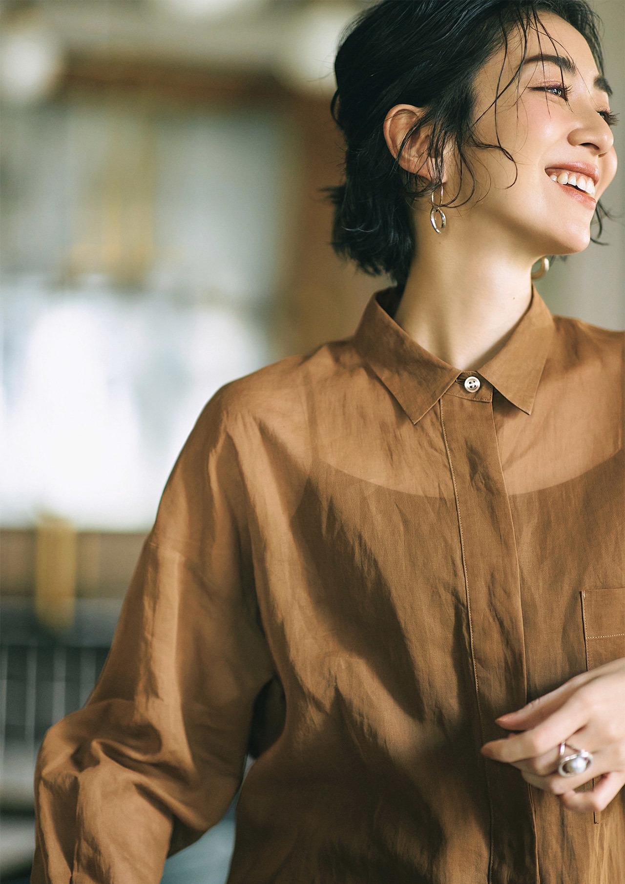 透け感のあるシャツ×ジュエリーコーデ