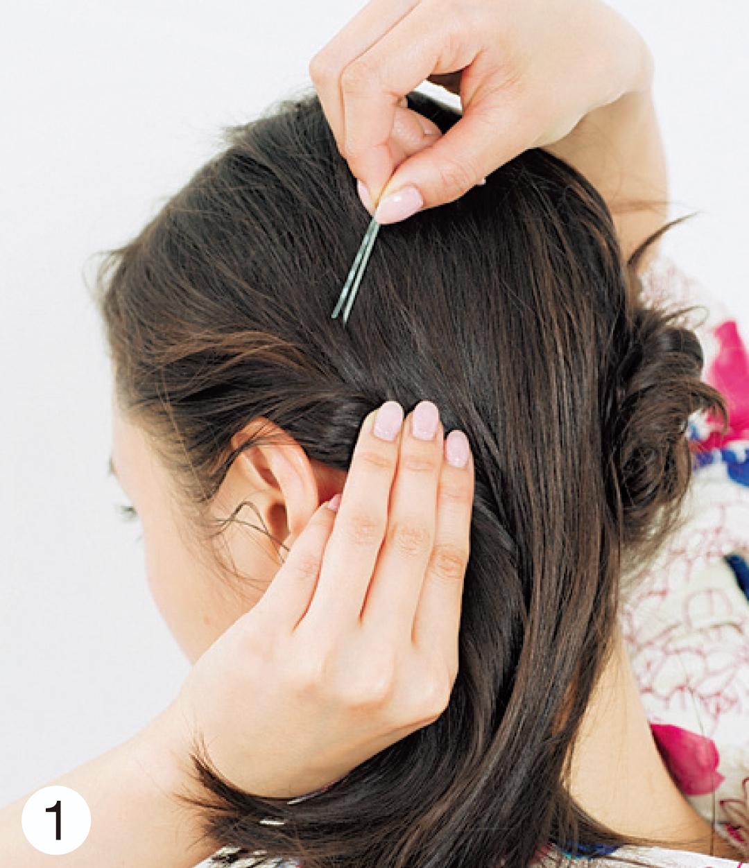 髪の毛全体をざっくりと2つに分け、サイドからえり足に向かってねじっていく。少しずつねじり固定していくのが崩れないコツ!