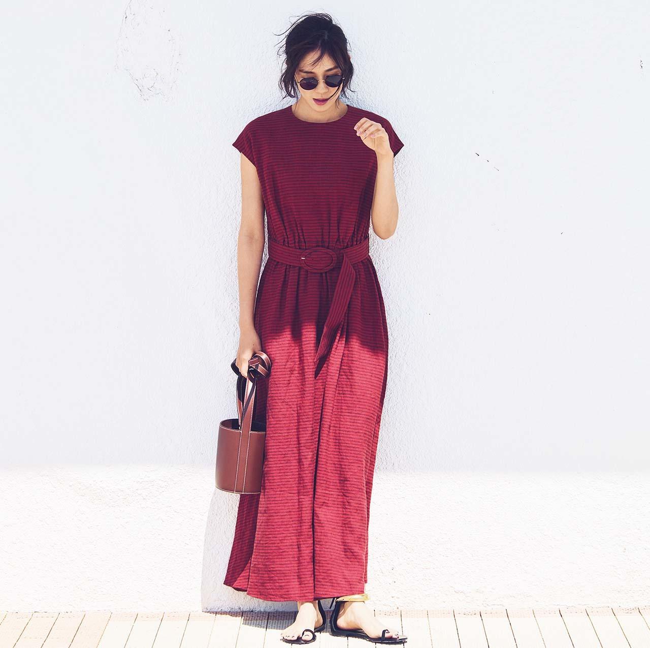 BLUEBIRD BLUEVARDのロングリネンワンピースを着たモデルの竹内友梨さん