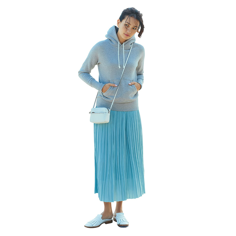 パーカ×水色プリーツスカートコーデ