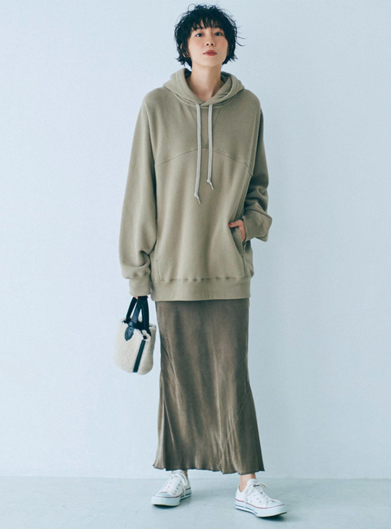 ■スウェットパーカ×ナローシルエットのスカートコーデ