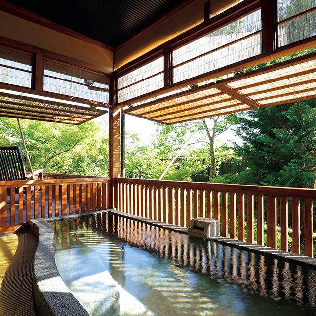 敷地内に点在する5棟の離れは、約70㎡のゆったりとした造りで、全室に温泉露天風呂