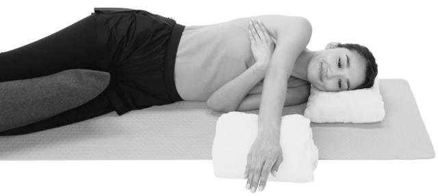 首がまっすぐになるよう枕を使って横向きに寝る