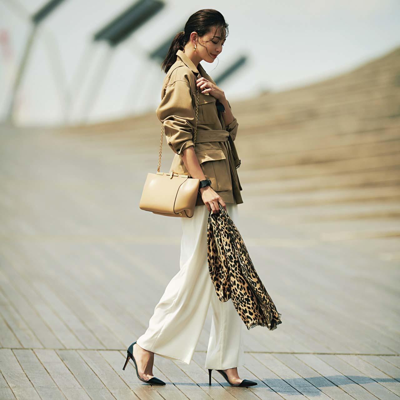ベージュのサファリジャケット×白パンツ×黒パンプスコーデを着たモデルのRINAさん