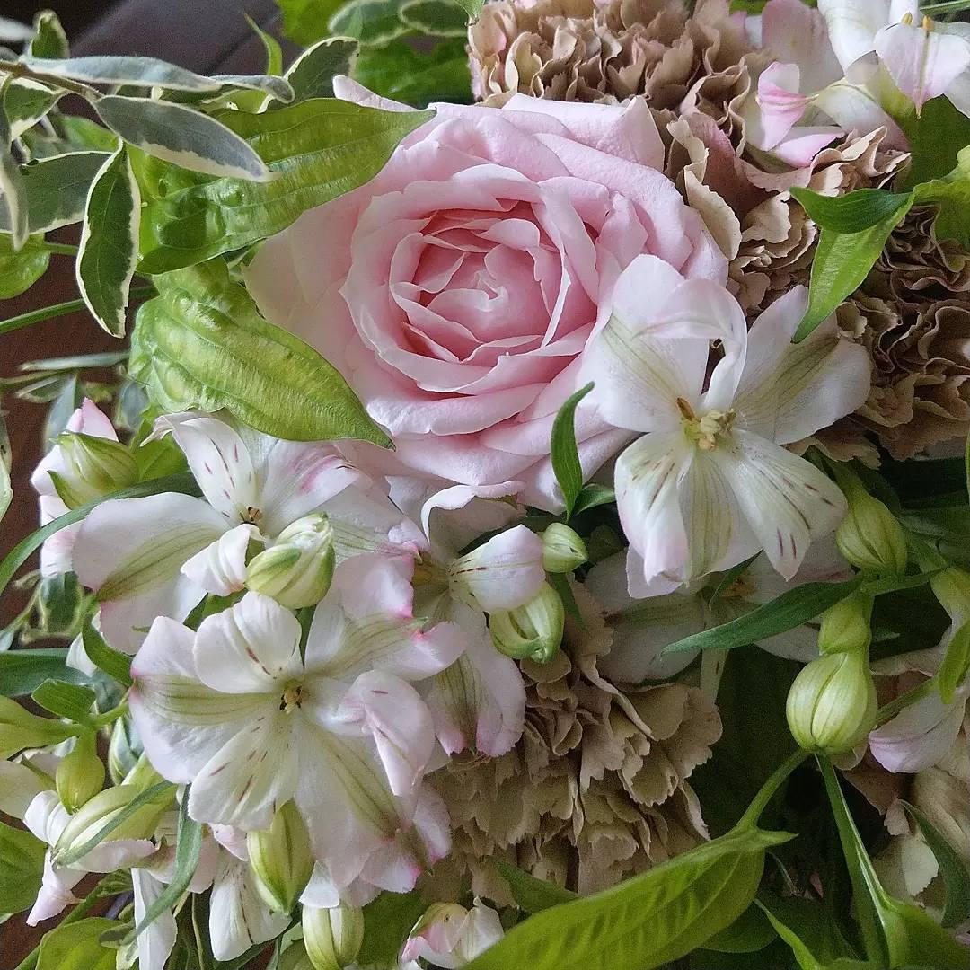 優しいピンク色のバラと小ぶりのリシアンサス