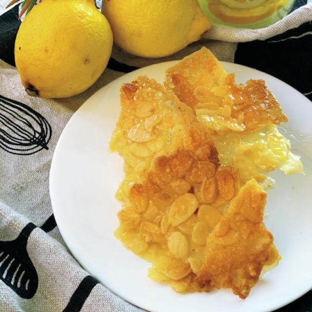 レモン味のアーモンドチュイル。 パリパリ割る音も爽快!