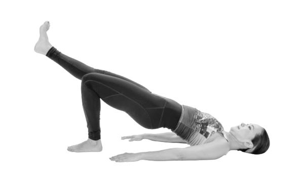 片脚を太ももの延長線上に上げたままヒップリフトをすると高負荷に