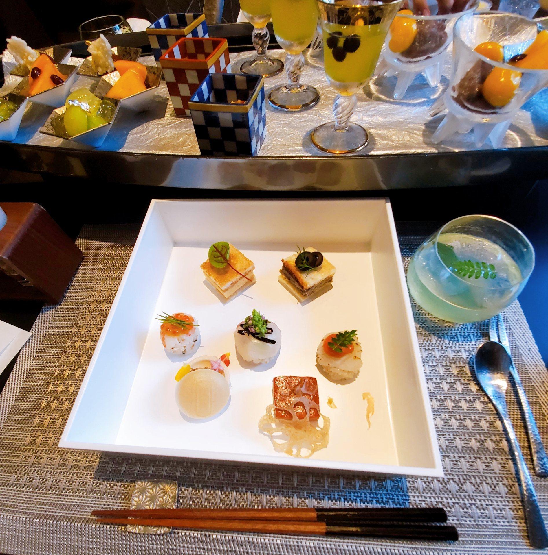 手まり寿司、パンサンド、フォアグラ最中などがきました