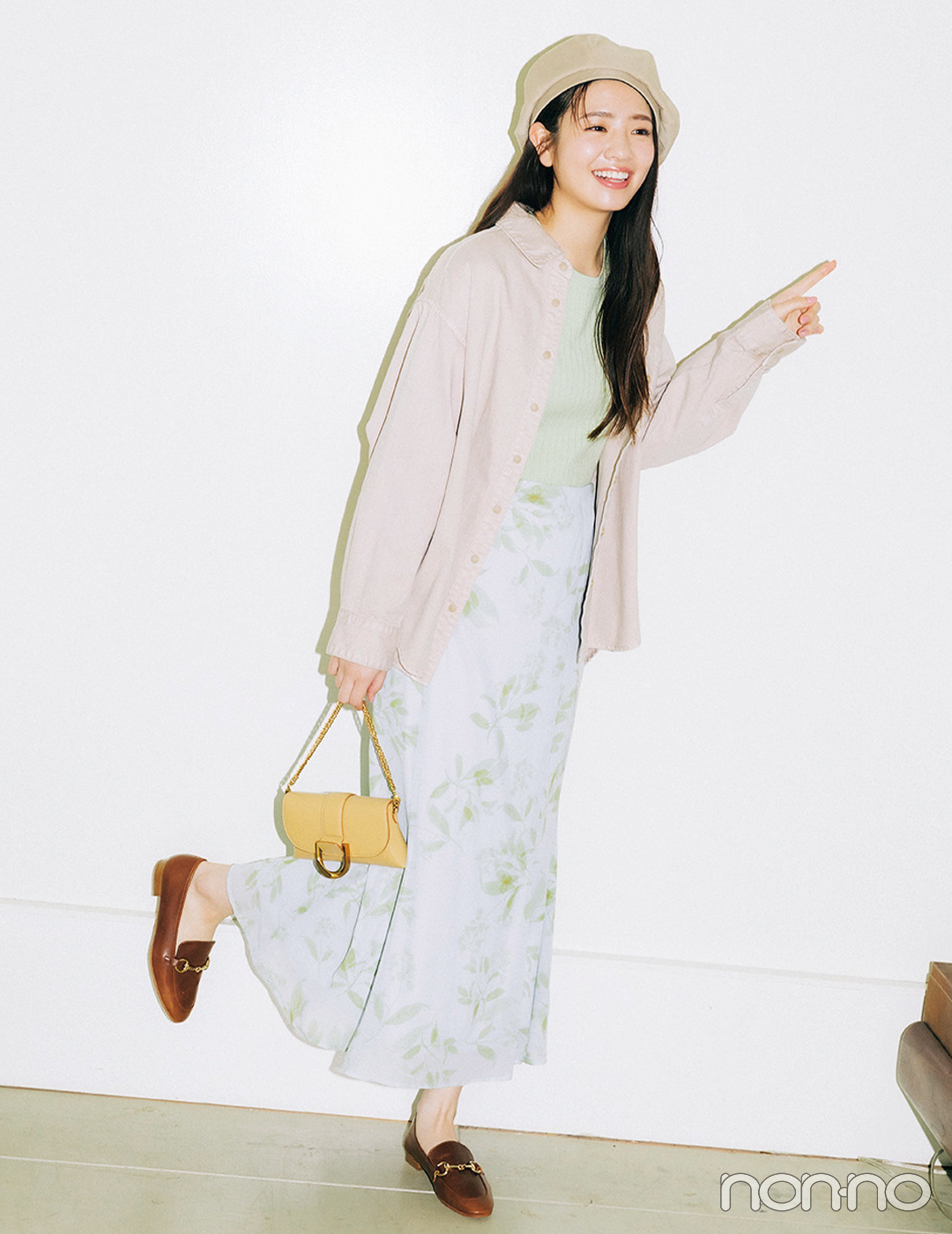 花柄ワンピースを着こなす横田真悠