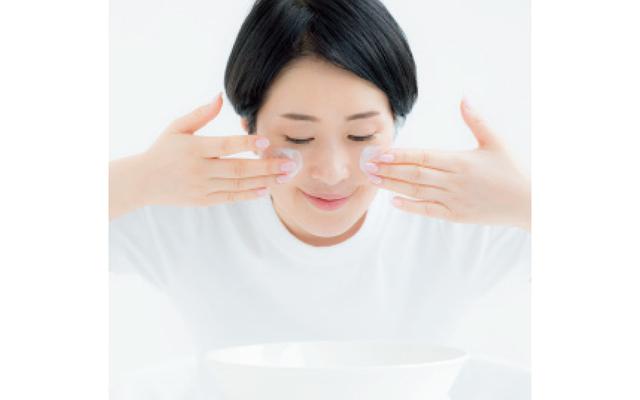 お湯をためた洗面器からのスチームを浴びつつ、乳液を顔全体にたっぷりとオン