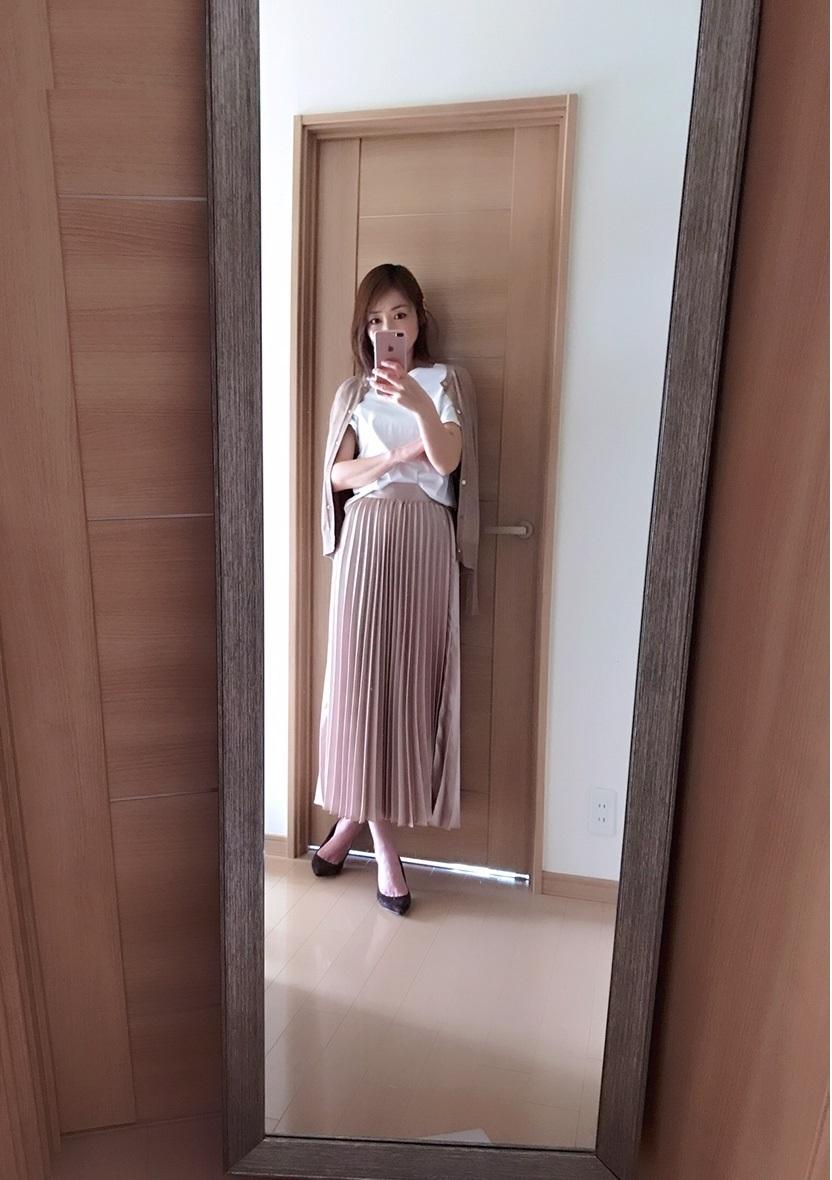 ベージュピンクのスカートとzaraのカーディガン着画