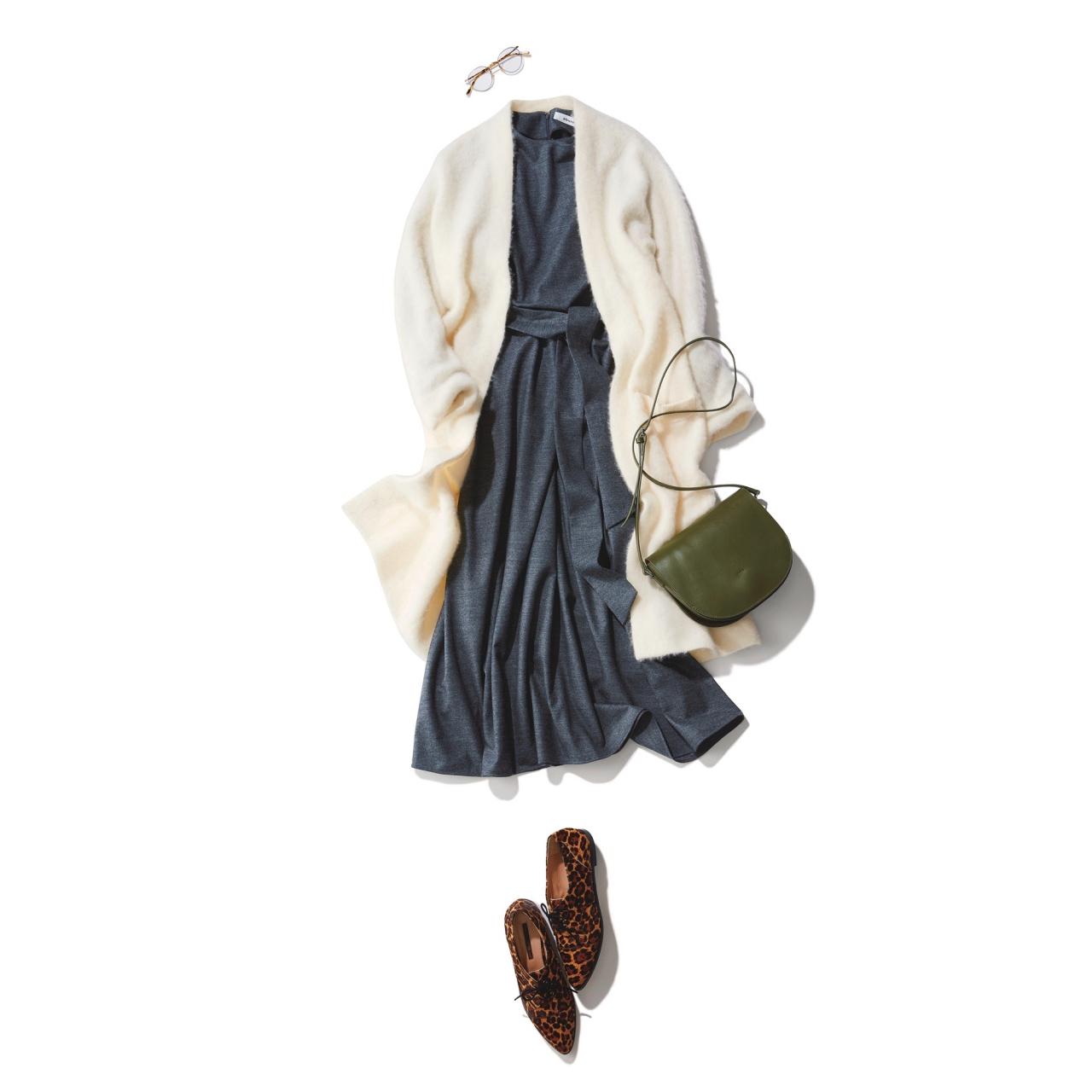 白モヘアのロングニット×ワンピースのファッションコーデ