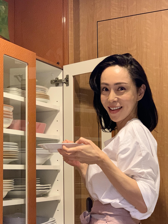 食器を選ぶ母