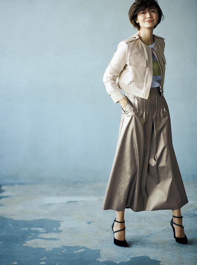 ゴールドスカートとバランスよく着られるショート丈ジャケット