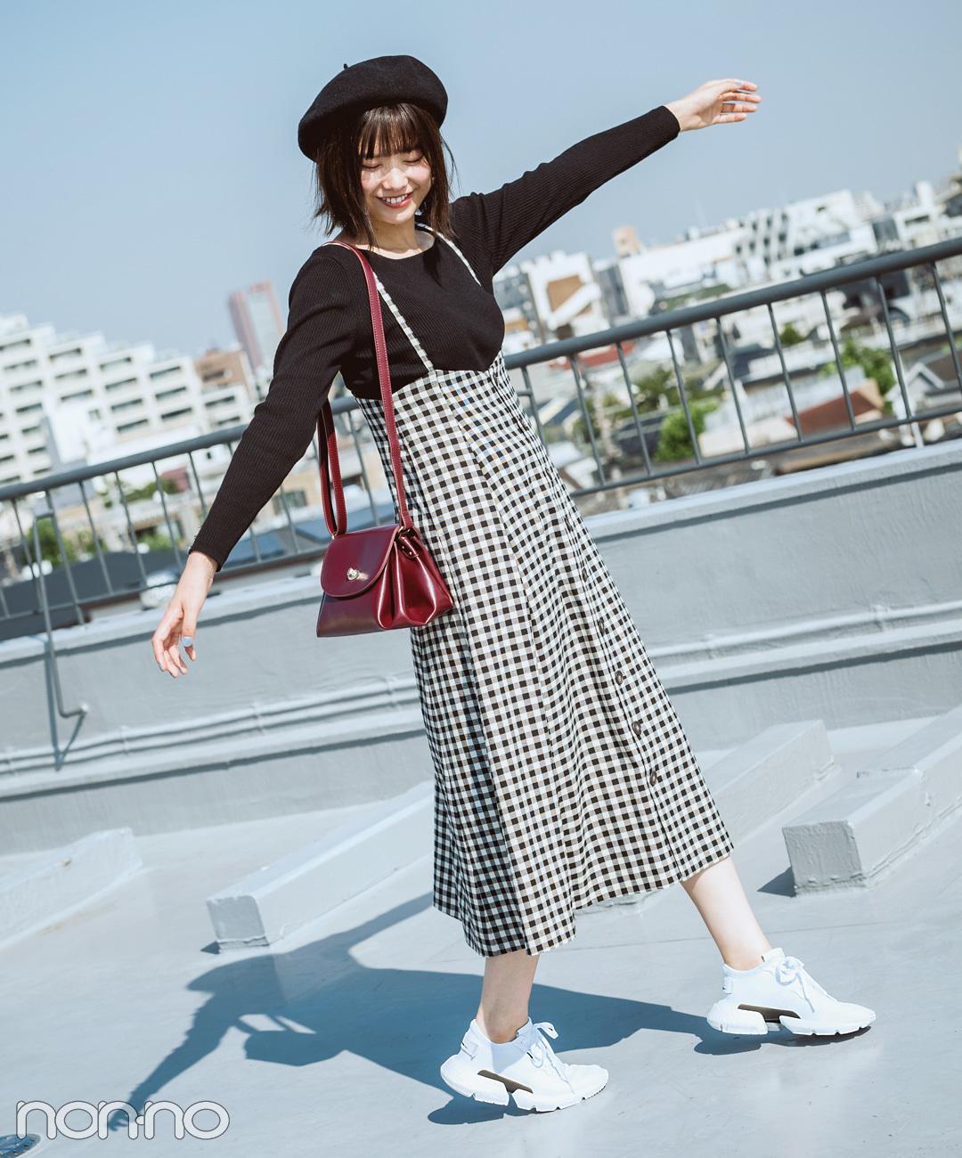 【白スニーカーコーデ】渡邉理佐は、厚みのあるスニーカーでレディなコーデをテイスト変換!