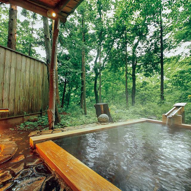 雑木の自然林の中にある貸し切り露天風呂「朝かぜ」