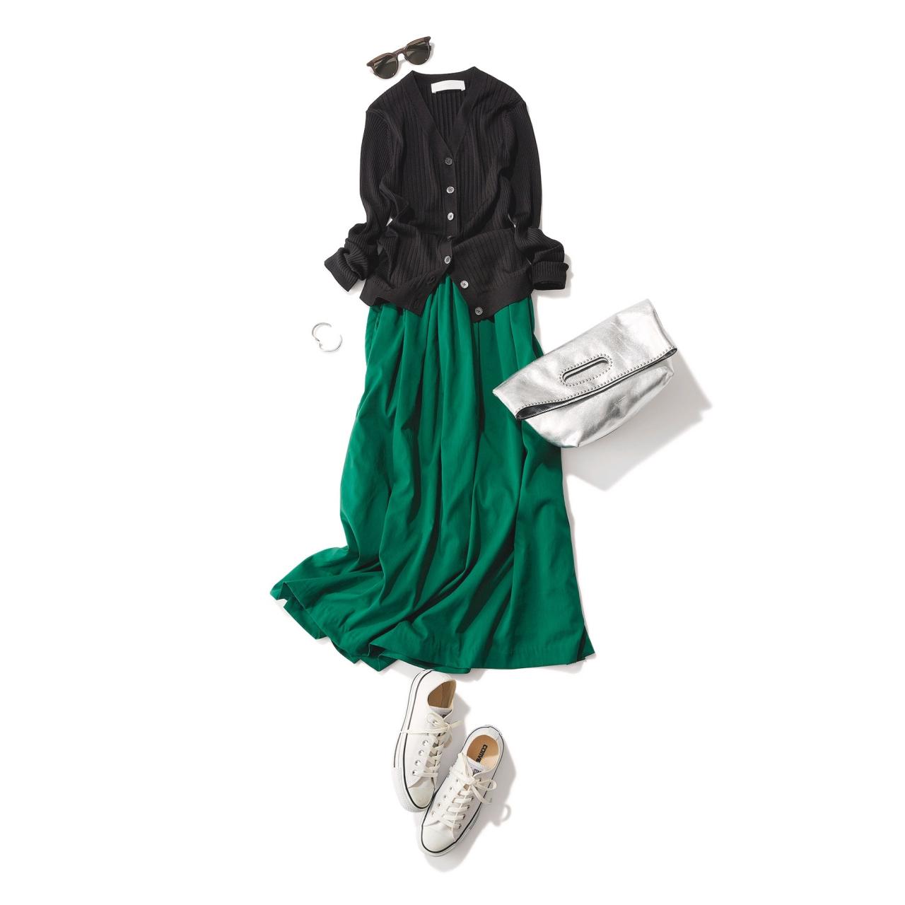 白コンバースのローカットスニーカー×カーディガン&スカートのファッションコーデ
