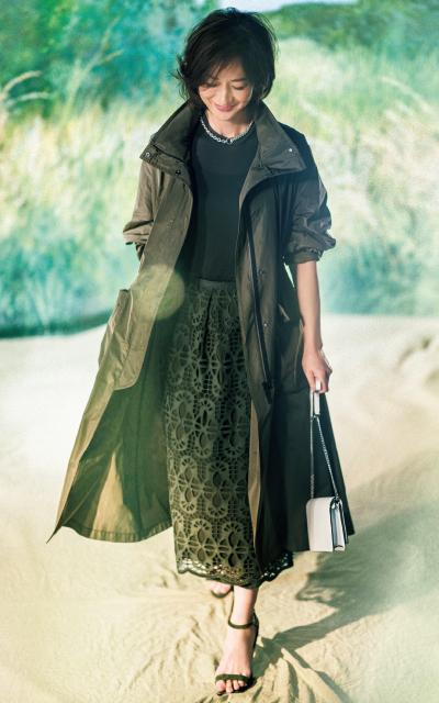 モスグリーンのコートを着る富岡佳子
