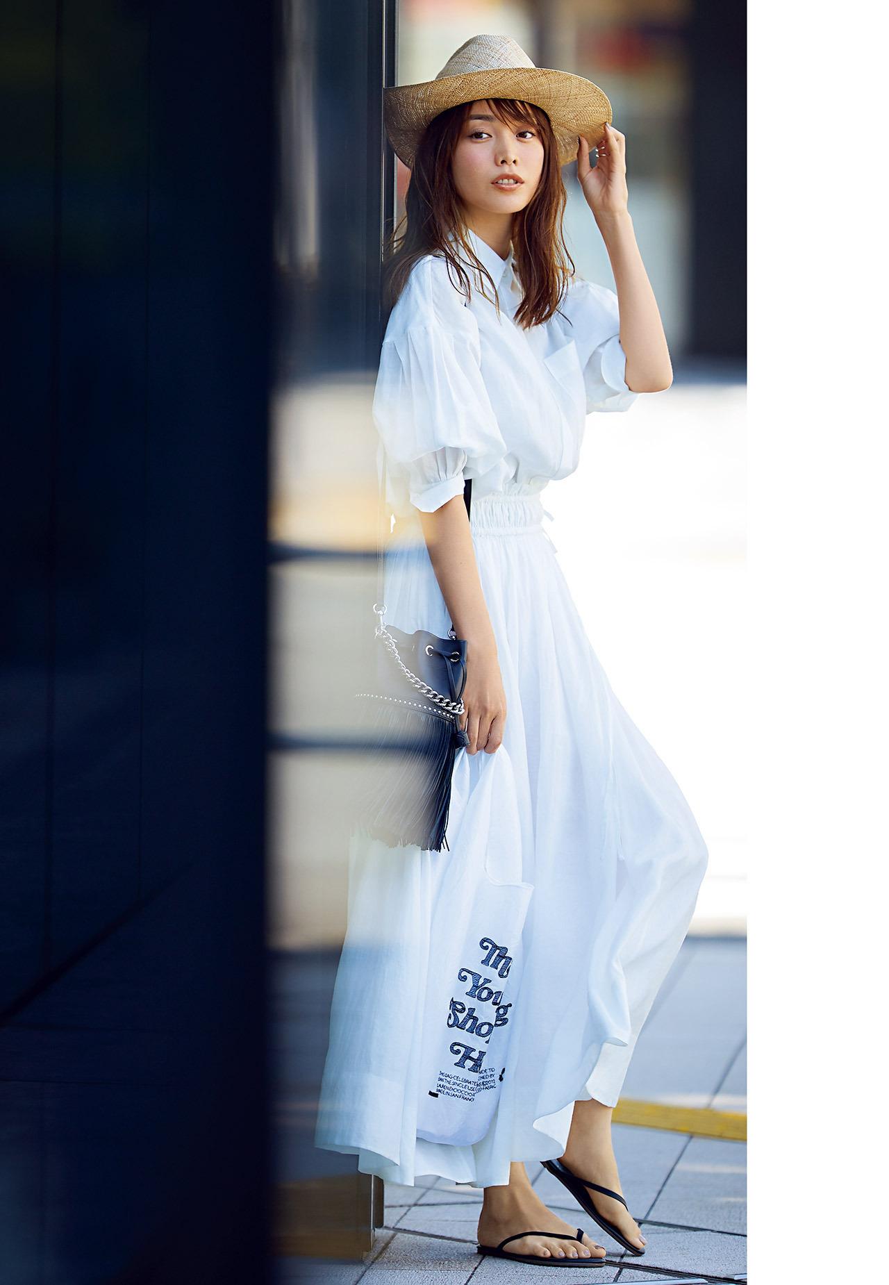 エブールの白リネンのシャツとスカートコーデ