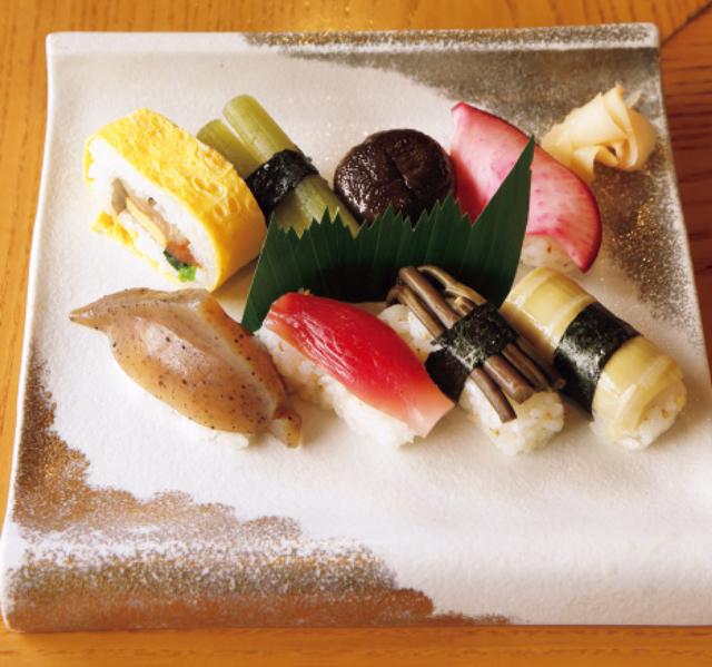 野菜やこんにゃくを具にした高知名物の田舎寿司