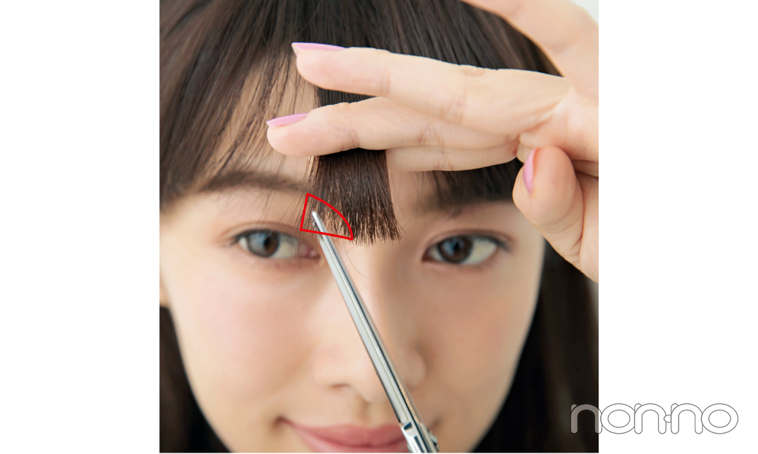 """「流し前髪は、前髪に""""長さの差""""があるほど作りやすいので、流し始める最初の『角』を、写真のようにちょこっとだけ三角にカット。やや短めにはなりますが、真っすぐ前髪よりは、流しやすくなるはず。ハサミを縦に入れて、少しずつ切ってくださいね!」"""