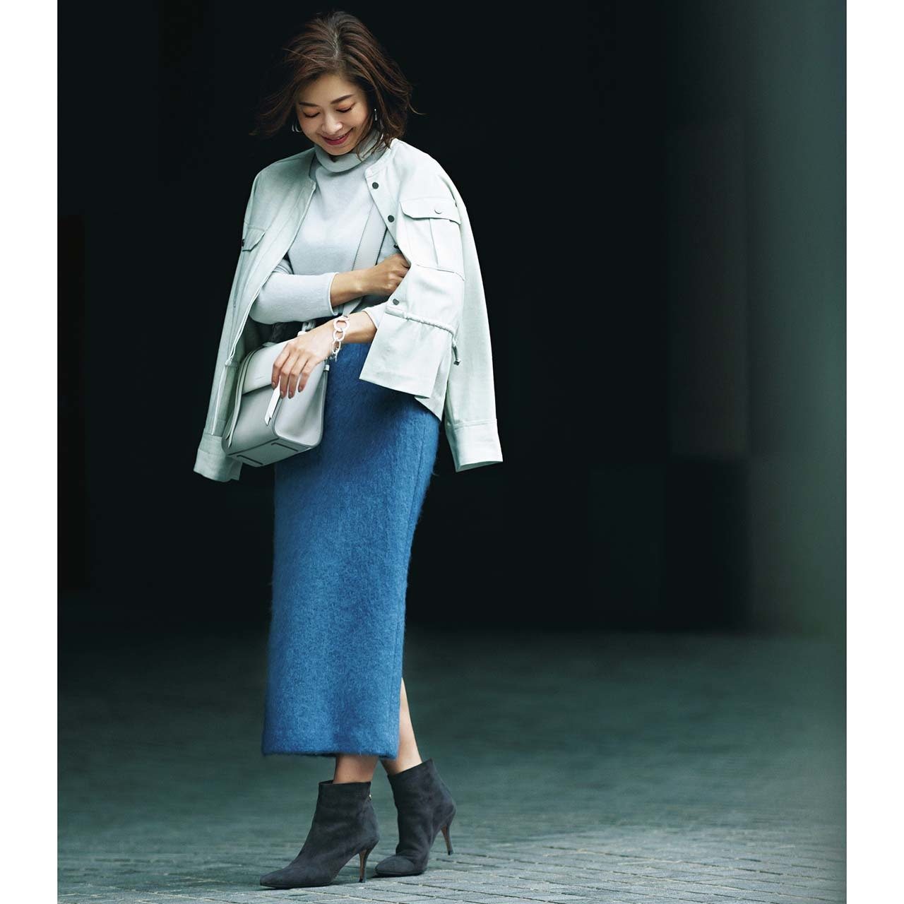 ジャケット×タイトスカートコーデを着たエディターの三尋木奈保さん