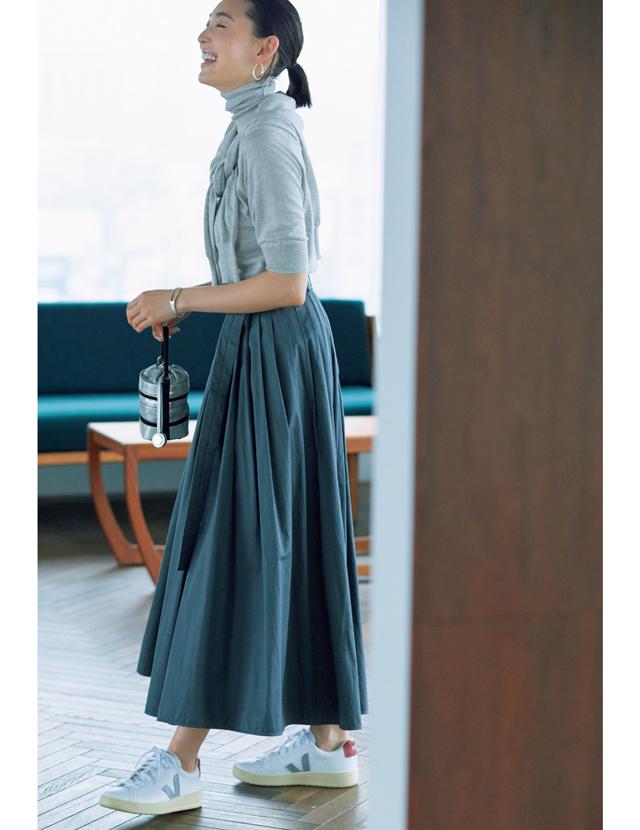 ドライなニュアンスカラースカートときれいめスニーカーコーデのLIZA