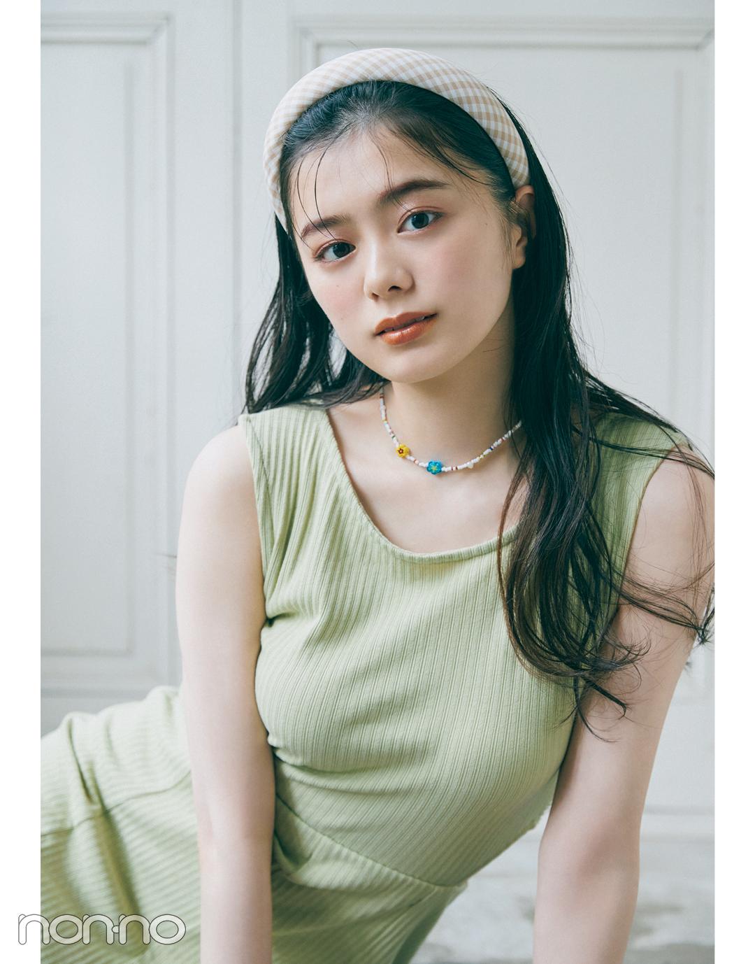 紺野彩夏のプチプラアクセサリー『太カチューシャ×フラワービーズネックレス』モデルカット1-1