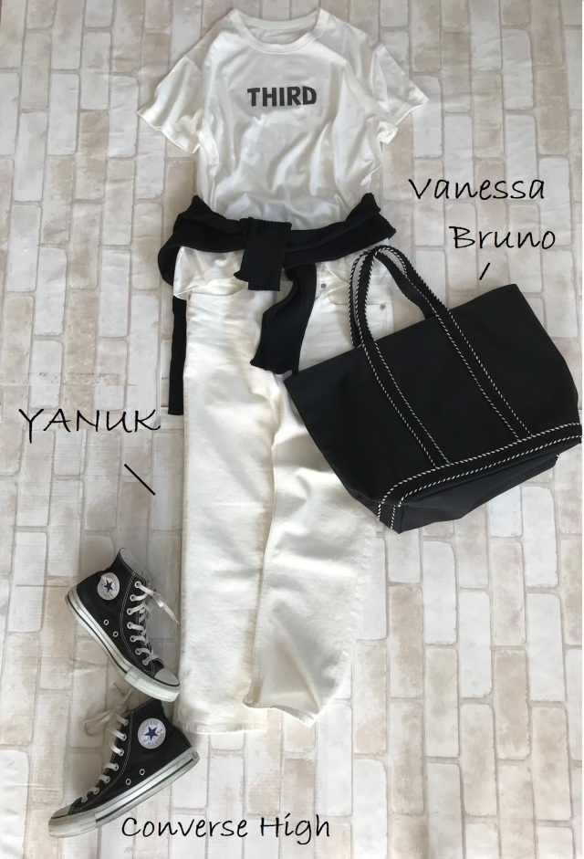 白Tシャツ×白デニムパンツのファッションコーデ