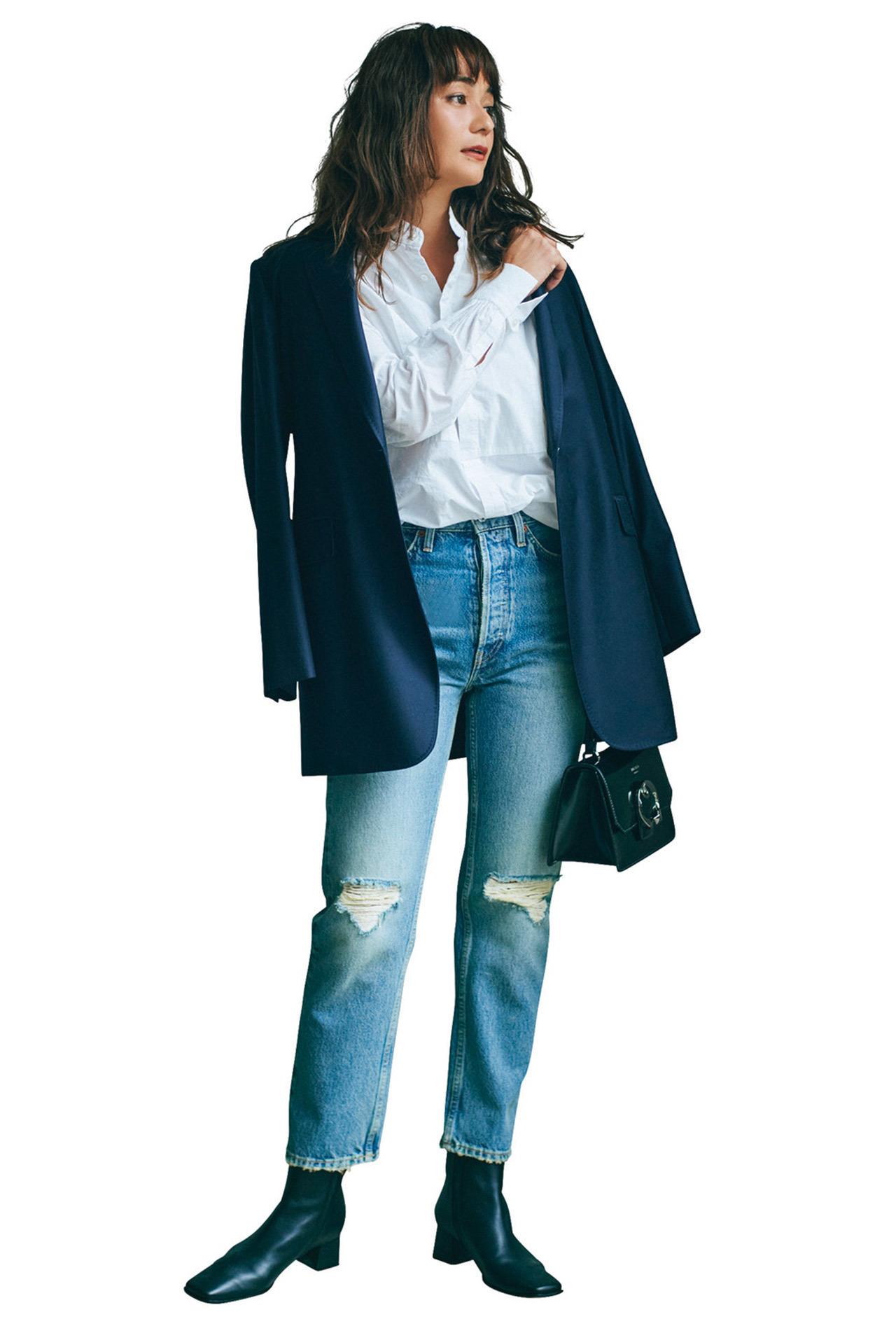 テーラードジャケット×白のバンドカラーシャツ×ダメージデニムパンツコーデ