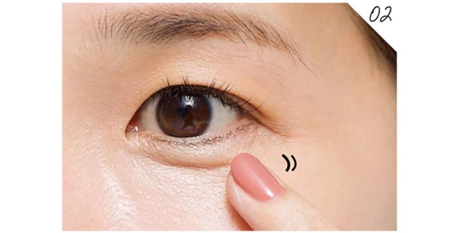 薬指で01のコンシーラーのエッジをぼかす程度に優しくなじませて。薄く広げすぎるとカバーできないので注意。
