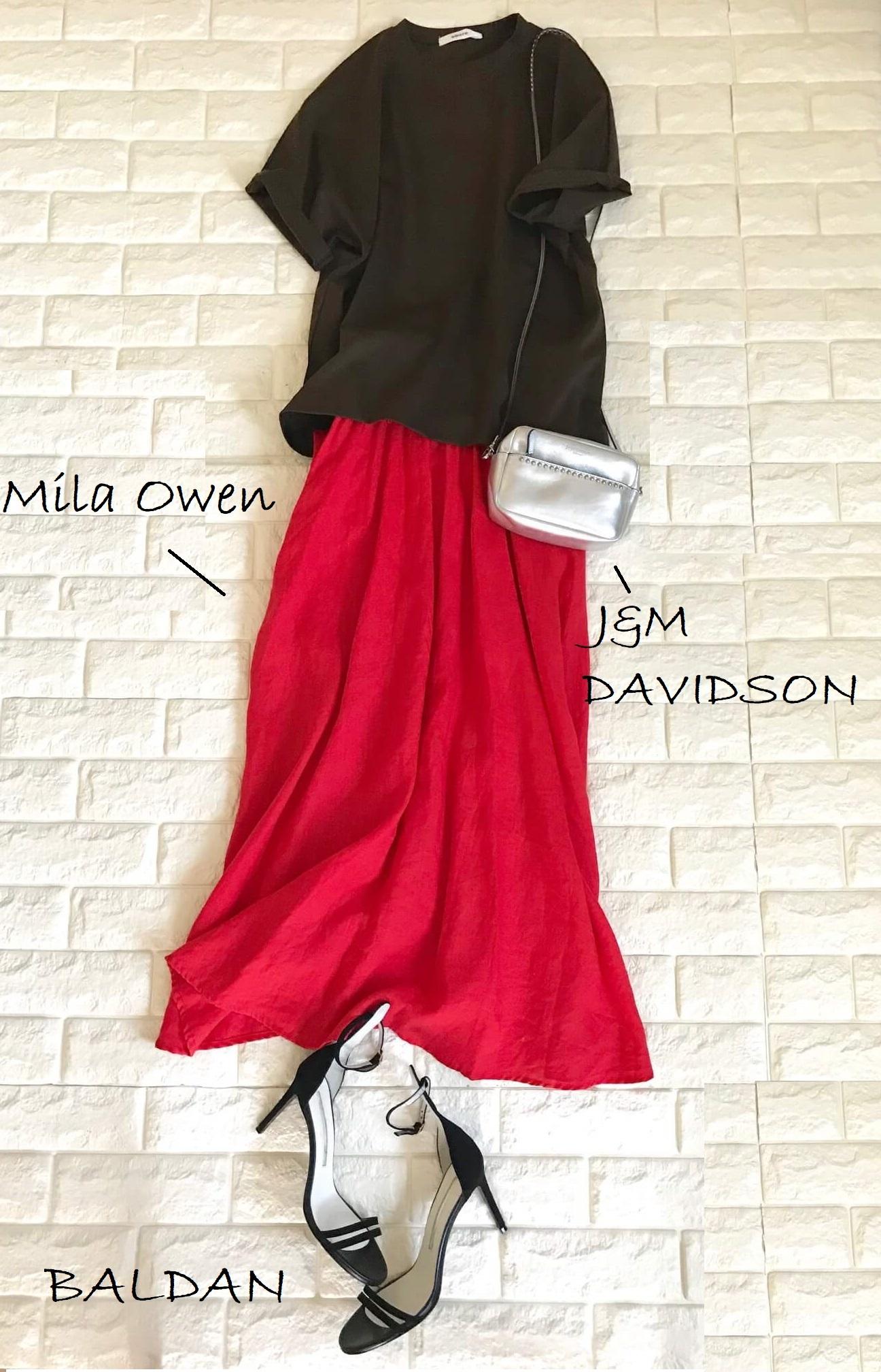 エブールのTシャツと赤いスカートを合わせた画像
