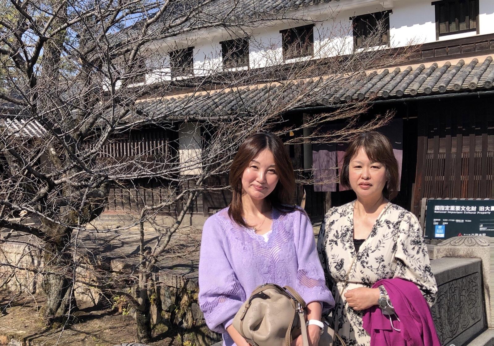 桜の木の前 女性二人
