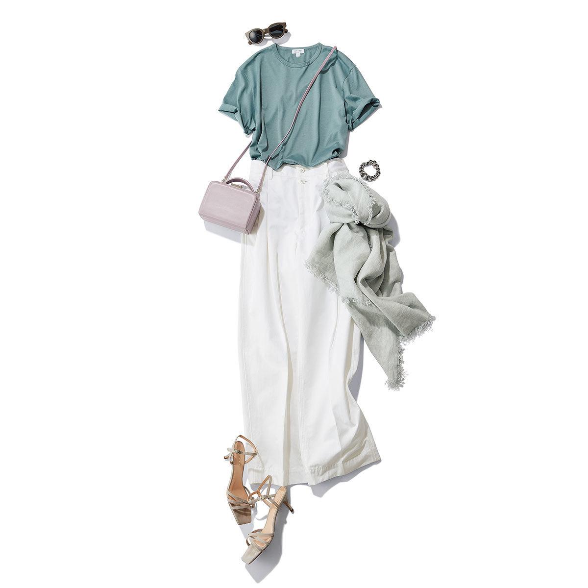 セージグリーンTシャツ×白パンツスカートのカジュアルファッションコーデ