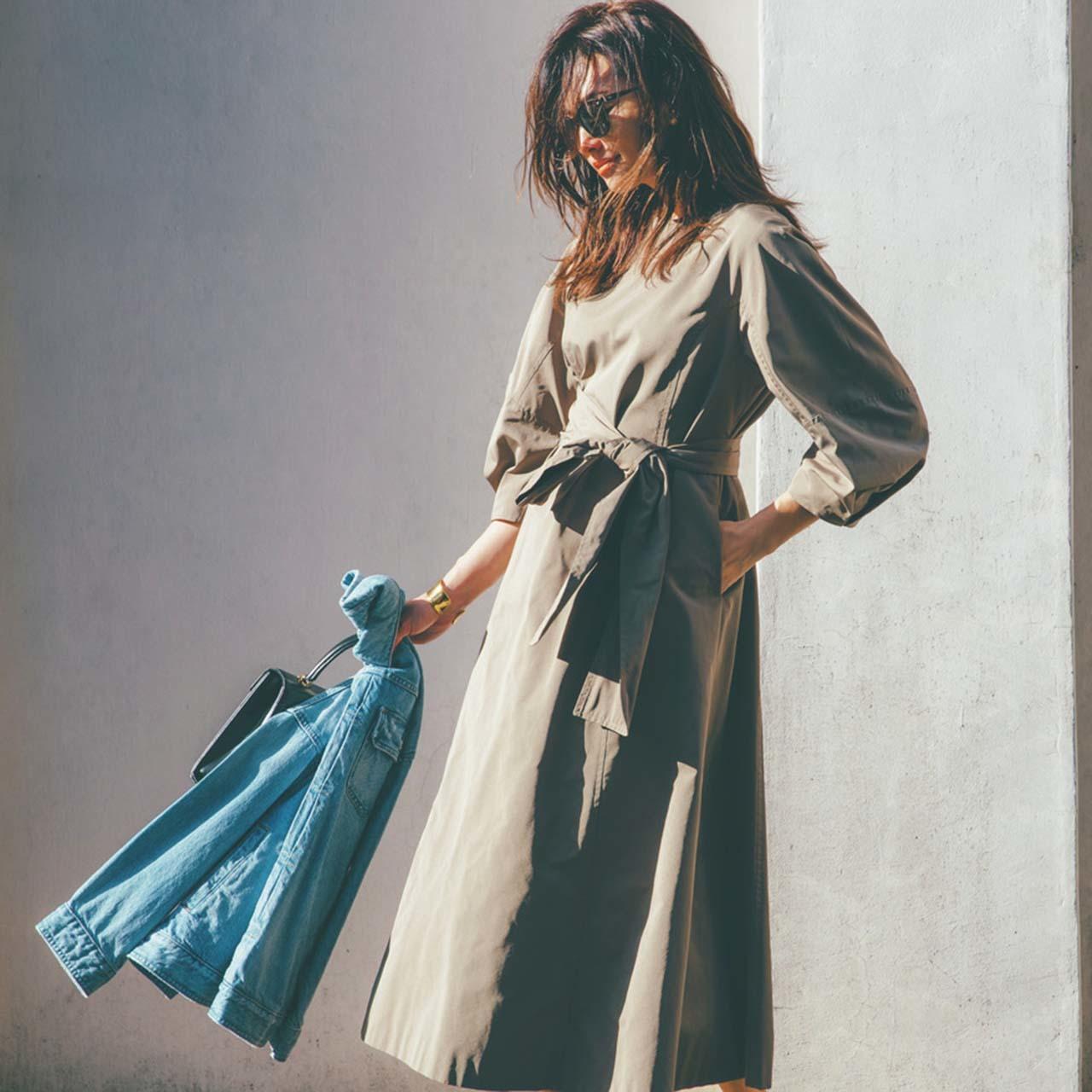 無地のウエストコンシャスのワンピースを着たモデルのRINAさん