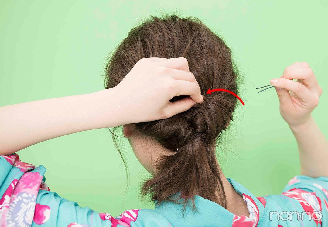 Step2. くるりんぱに毛束をかぶせる 3つに分けた毛束をひとつずつくるりんぱにかぶせる。かぶせたら中に毛先を入れ込み、ピンを指して固定。左右を先に固定し、最後に中央の毛束を固定すると仕上がりがきれい。髪飾りをつけて完成。