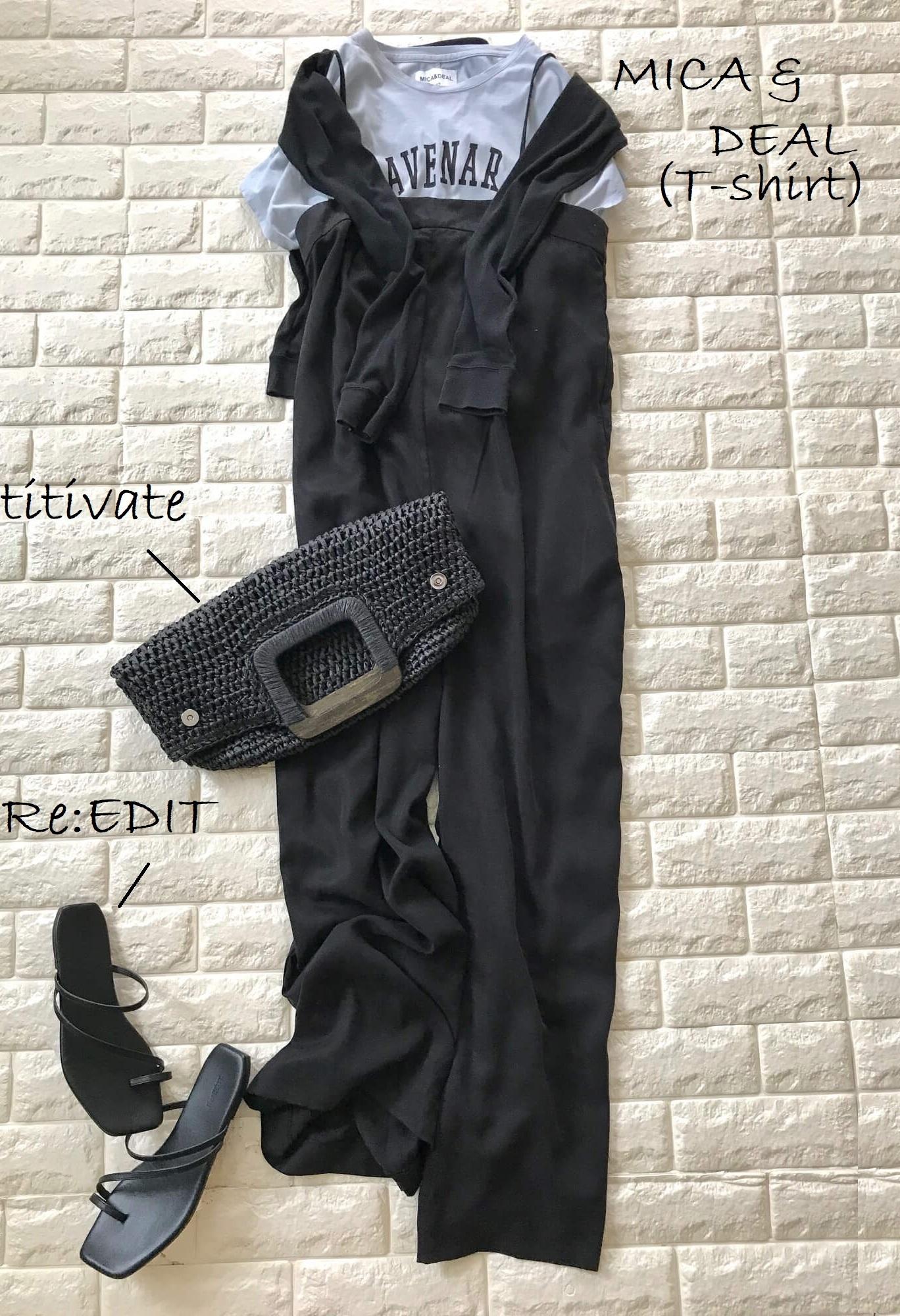 黒サロペット×ロゴTシャツの夏のダークカラーコーデ