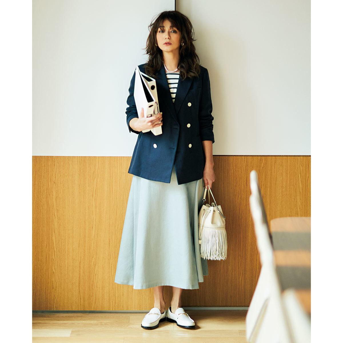 ■ネイビージャケット×アイシーグレーのスカートコーデ