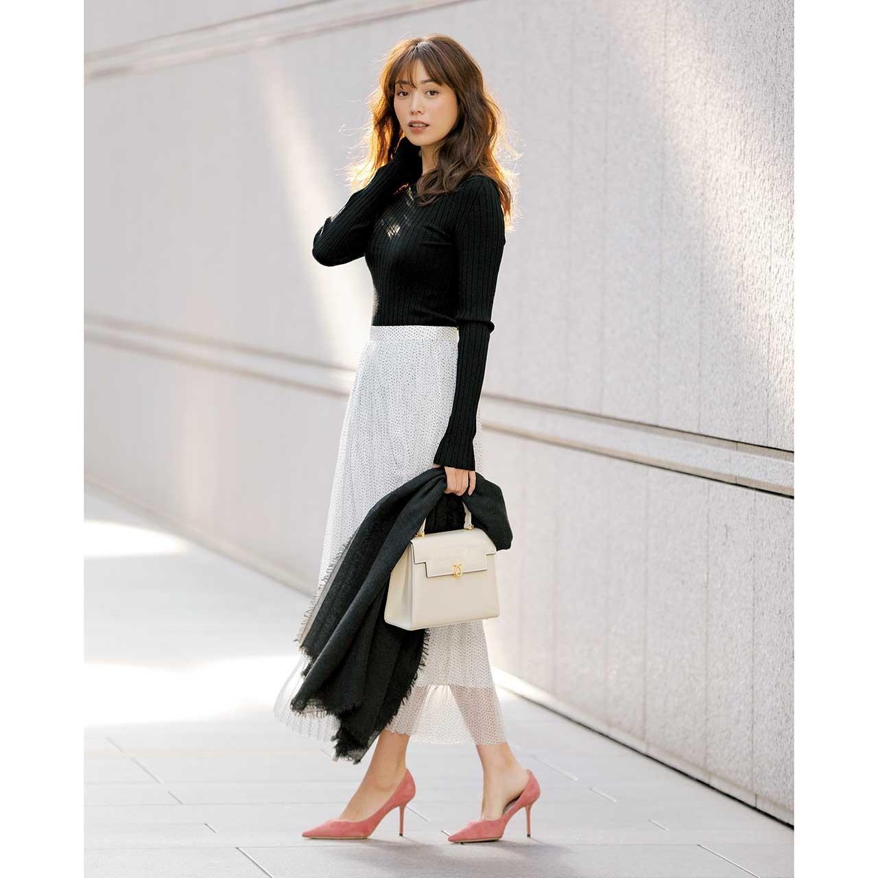 黒のリブニット×白の透けスカートのモノトーンコーデ